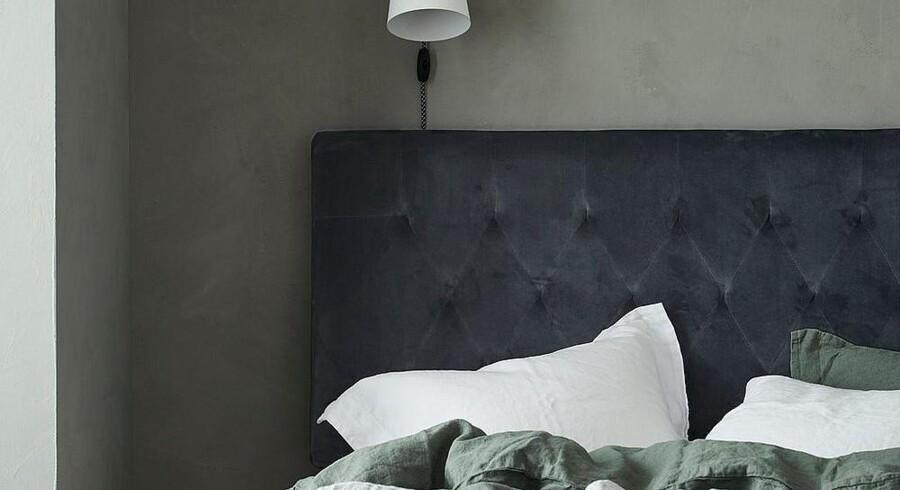 Ram din seng smukt ind, og sæt stilen i dit soveværelse med en blød og smuk sengegavl. Her det Ellos, der har redt en indbydende seng i mørke toner.
