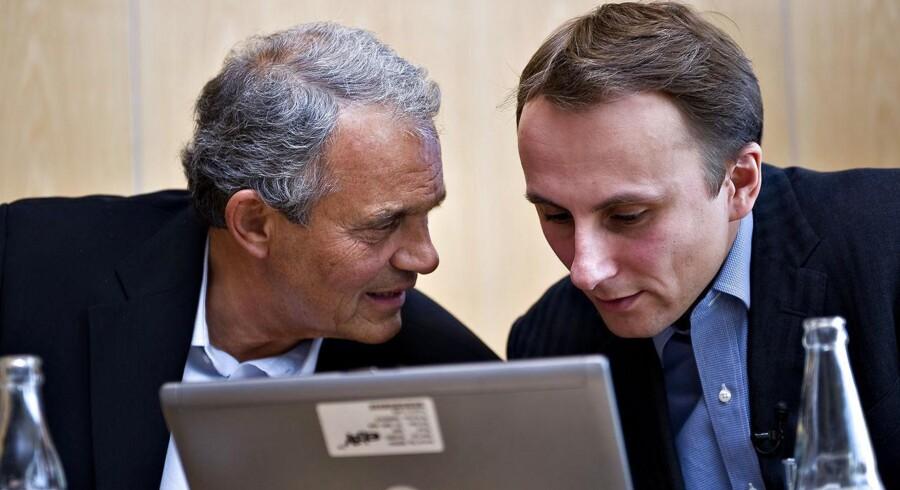 Blå Avis ejer Karsten Ree (tv) og Jacob Fonnesbech Aqraou (th) fra eBay holder mandag den 6. oktober 2008 pressemøde om salget af avisen til eBay.