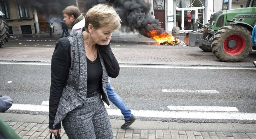 Landbrugsminister Eva Kjer Hansen til ekstraordinært møde om krisen i landbruget i Bruxelles mandag. Uden for lokalerne var der omfattende landbrugsdemonstrationer.