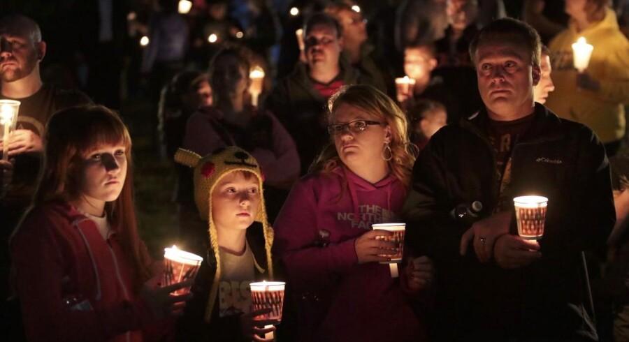 Beboere i den lille by Roseburg samledes i går aftes til en vågenat for ofrene for skoleskyderiet på byens college.