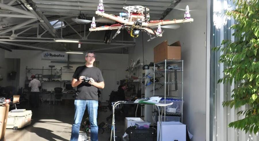 Brandon Basso, chefingeniør hos 3DRoborics, afprøver en af de kommercielle droner fra firmaets udviklingsafdeling. Foto: Simon Kruse