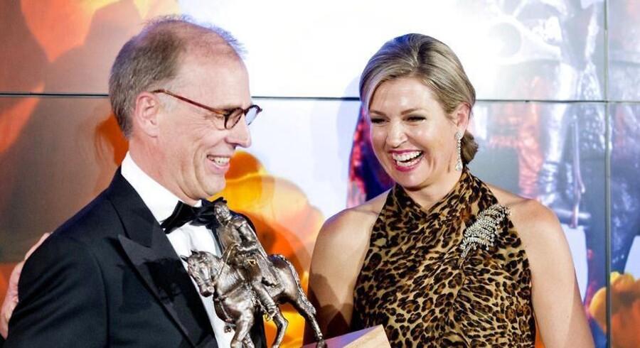 Carlsbergs nye koncernchef Cees t' Hart (tv.), modtager en pris fra den hollandske dronning Maxima. Cees t' Hart har i dag erstattet Jørgen Buhl Rasmussen på topposten i Carlsberg. Foto: Patrick van Katwijk/Scanpix 2015