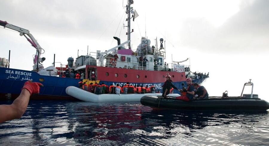 Den tyske NGO-organisation Mission Lifeline har udleveret dette foto af de 224 migranter, som de tog om bord i lybisk farvand. De søger nu en havn, som de kan sætte dem af i. Det har fået den italienske indenrigsminister Matteo Salvini til at lufte skarp kritik.