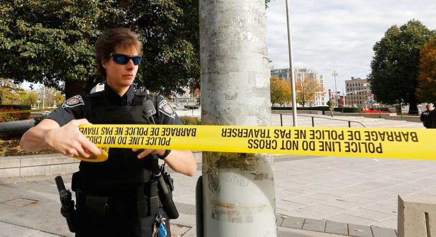 Over 30 skud blev affyret onsdag morgen lokal tid i Canadas hovedstad Ottawa. Det er endnu uklart, hvem der står bag skyderiet, men den canadiske TV-station CBC oplyser, at en af gerningsmændene samt en soldat er blevet dræbt.