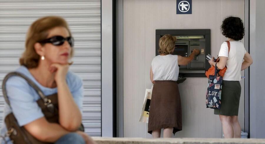 Det græske finansministerium udtaler ifølge Reuters, at bankerne i landet forbliver lukkede indtil torsdag.