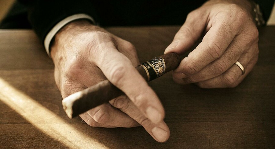 Anders Colding Friis, adm. direktør Scandinavian Tobacco Group holder en cigar.