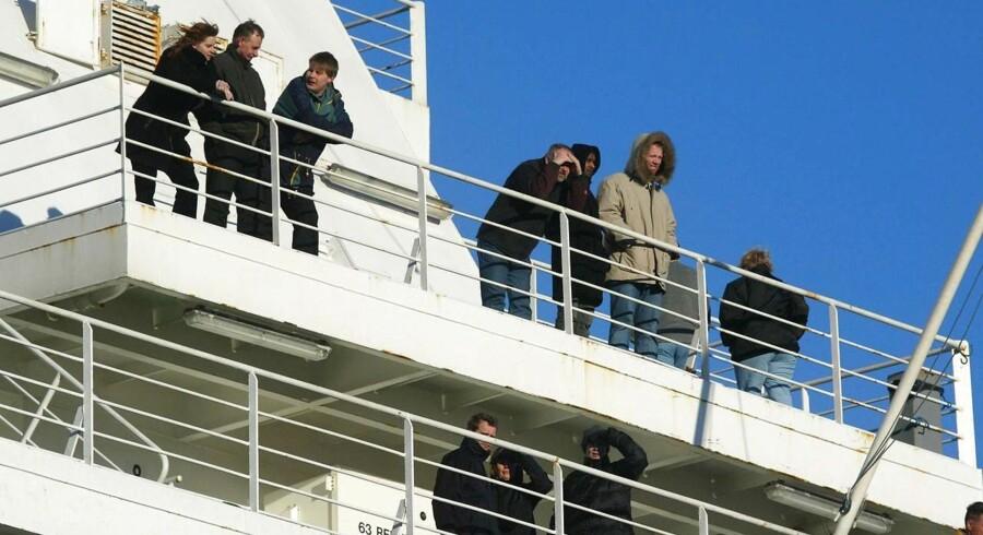 Passagerer venter tålmodigt endnu på dækket af norgesfærgen Fjord mandag middag den 22. december. Færgen fik en trosse i propellen og blev et døgn forsinket. ARKIVFOTO.