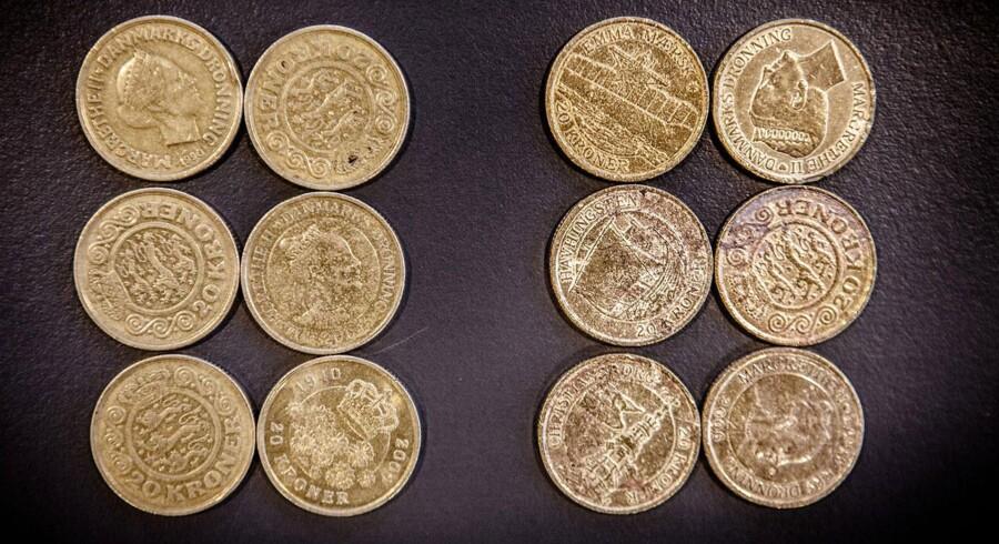 De falske 20'ere (th.) sammenlignes med ægte 20'ere (tv.). Det kan imidlertid ikke udelukkes, at der er tale om såkaldte skrotmønter og ikke falske mønter.