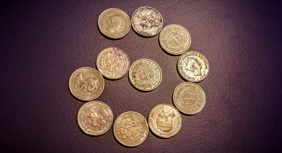 Sammen med Rigspolitiet og Nationalbanken giver Berlingske dig her fem gode råd til, hvordan du spotter og dermed undgår falske mønter og sedler. På billedet ovenfor ses både ægte og falske tyvere. Hver anden tyver er falsk. Første tyver i spiralen er ægte og hveranden efterfølgende er falsk. Mønterne menes at komme fra Kina og er markant mere slidte, ridsede og bulede end almindelige mønter. Mønterne har spillet en central rolle i en retssag, hvor en kinesisk mand i sidste uge blev dømt for falskmøntneri i Københavns Byret. Foto: Simon Skipper