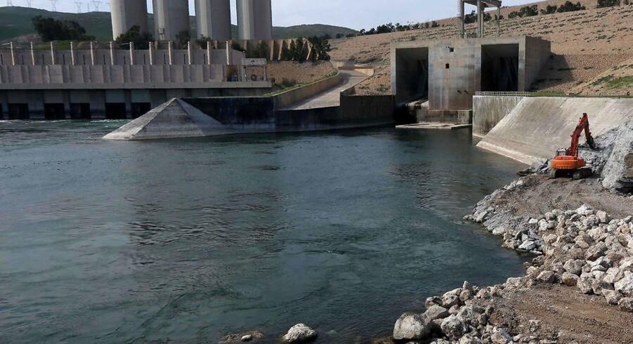 Irakiske ingeniører, der var med til at bygge Mosuldæmningen for 32 år siden, siger, at den kan styrte sammen når som helst og skabe en op til 21 meter høj flodbølge. / AFP / SAFIN HAMED