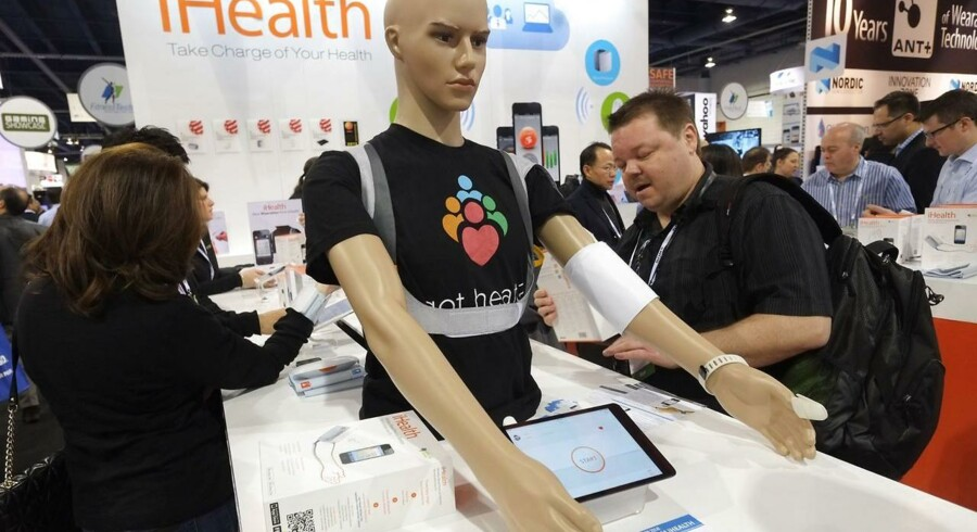 De besøgende på den store forbrugerelektronikmesse Consumer Electronics Show får lov til at checke blodtrykket på dukken her. Det aflæses trådløst og er blot et eksempel blandt utallige på, hvordan sundhed og velvære er kommet i fokus i elektronikbranchen, hvor telefoner og tavle-PCer tages i brug.