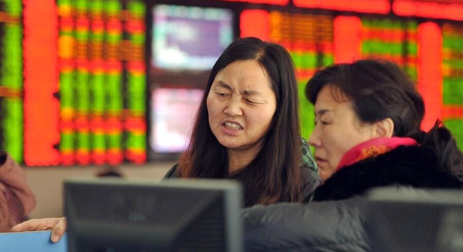 Aktiehandlen i Kina blev mandag morgen lukket helt ned i kølvandet af massive kursfald.