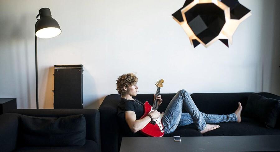Christopher - med efternavnet Nissen - i sofaen med guitaren. Arkivfoto.