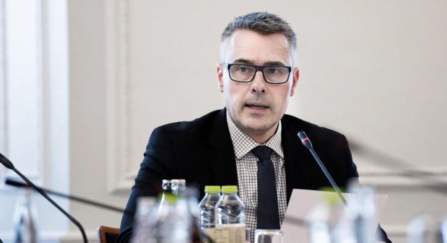 Erhvervs- og vækstminister Henrik Sass Larsen (S) konkluderer på baggrund af en arbejdsgruppe, at realkreditinstitutterne skal have frit spil til at bestemme, hvordan de vil håndtere den negative rente.