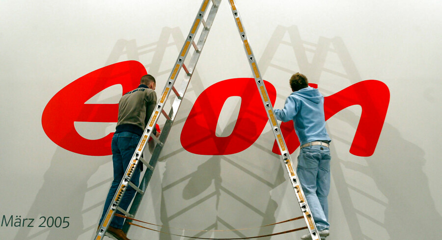 FILES - A picture taken 10 March 2005 shows men working on the logo of German power giant E.ON after a press conference in Duesseldorf, western Germany. E.ON, which on 21 February 2006 entered the race to buy Spanish electricity supplier Endesa, said that bottom-line profits surged by 71 percent in 2005 as a result of windfall gains from divestments. AFP PHOTO DDP/PATRIK STOLLARZ GERMANY OUT