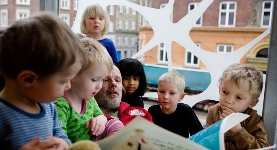 """Facaderenovering, Ryesgade. Pædagog Niels Skalkam læser højt for børnene på """"Stjerne-stuen""""."""