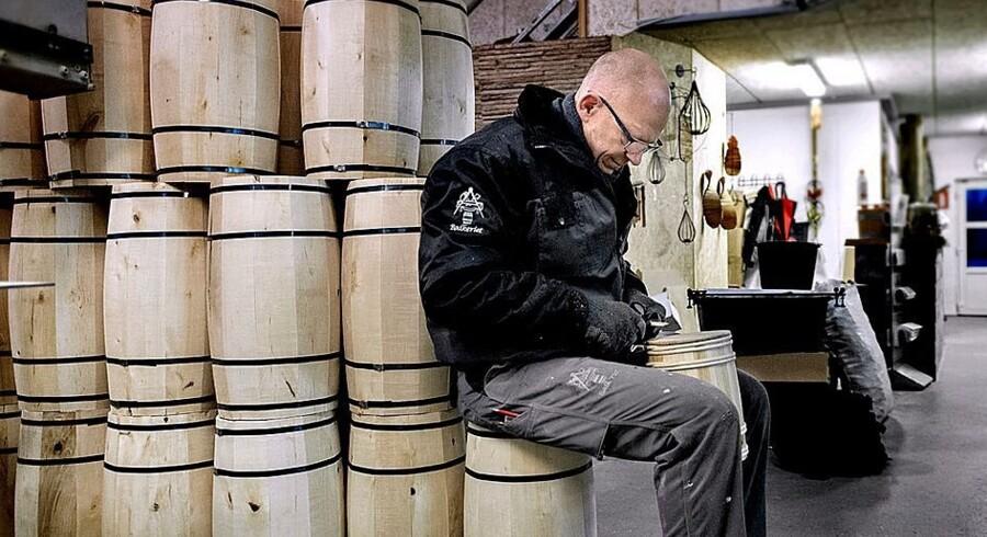 Bødker Jens Peter Nissen har 30.000 tønder på lager – mange af dem er fastelavnstønder til supermarkeder og legetøjsforretninger. Fotos: Keld Navntoft