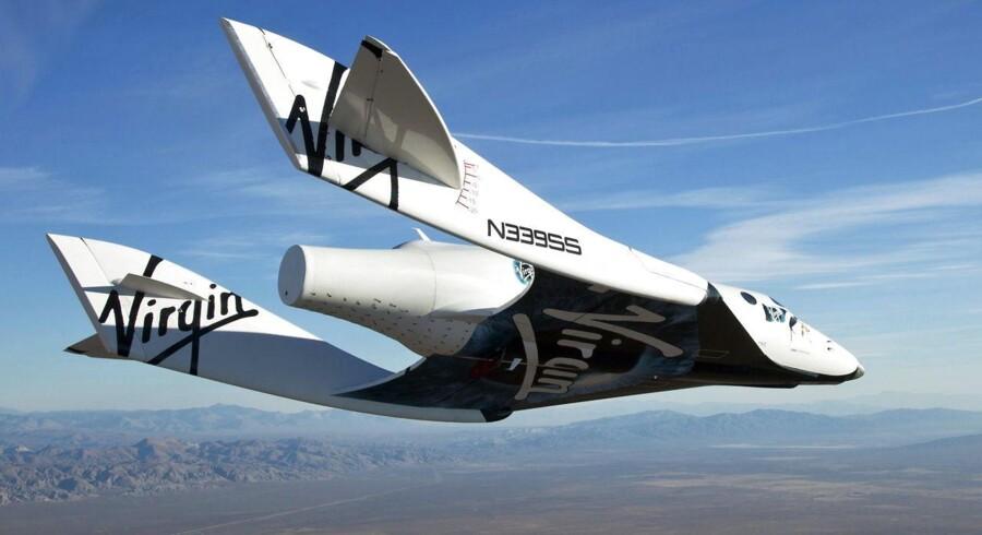 Arkivfoto. Et billede fra Virgin Galactic viser SpaceShip2 (VSS Enterprise) på vej mod jorden på sin første testflyvning efter at have forladt moderskibet 'WhiteKnight2' (VMS Eve) over Mojave-ørkenen i California, USA, i 2010. Fredag aften styrtede selvsamme rumskib ned i selvsamme ørken.