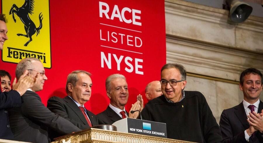 Sergio Marchionne slår på klokken under Ferraris børsnotering 21. oktober i New York.