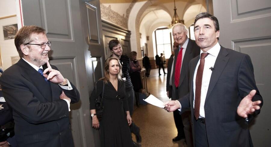 Politiske modstandere har antydet, at lukningen sker for at holde hånden over tidligere statsminister Anders Fogh Rasmussen og tidligere udenrigsminister Per Stig Møller, som blandt andre var på kommissionens afhøringsliste.