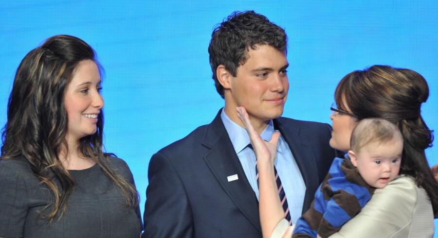 Sarah Palin med sin datter Bristol Palin og Levi Johnston i bedre tider. Palin står dog med sit eget barn Trig (og ikke Tripp).