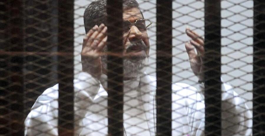 Mohamed Morsi under en af de retssager, der har været mod ham, siden han blev afsat som præsident ved et militærkup i 2013. Arkivfoto: NAMIR GALAL / ALMASRY ALYOUM
