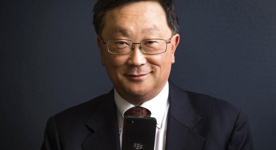 Blackberrys topchef, John Chen, med en af sine egne telefoner - hvis fremtid han er i færd med at overveje. Foto: Mark Blinch, Reuters/Scanpix