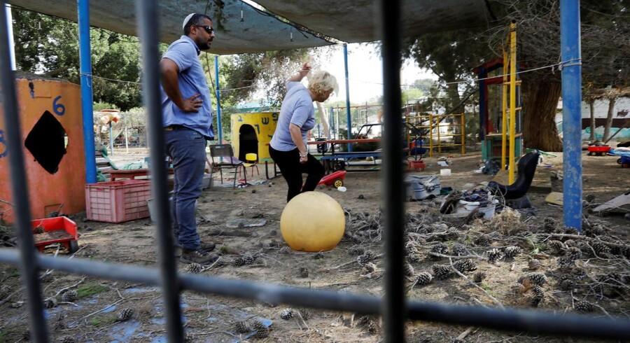 Over 25 mortérgranater blev tirsdag affyret mod det sydlige Israel. En granat landede ved en børnehave.