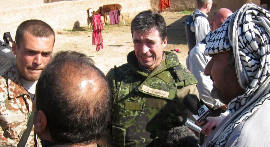 Arkivfoto. Tidligere statsminister Anders Fogh Rasmussen besøger de danske styrker i Irak søndag 1. feb. 2004.