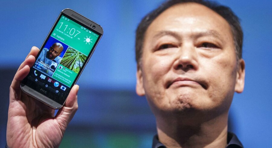 Her er han, og her er telefonen, der skal redde ham. HTCs topchef Peter Chou fremviser den nye HTC One M8-telefon, som snart kommer i handelen og er HTCs nye roste toptelefon. Arkivfoto: Brendan McDermid, Reuters/Scanpix