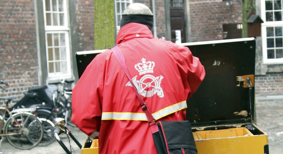 Postbud i København, går ud med posten.