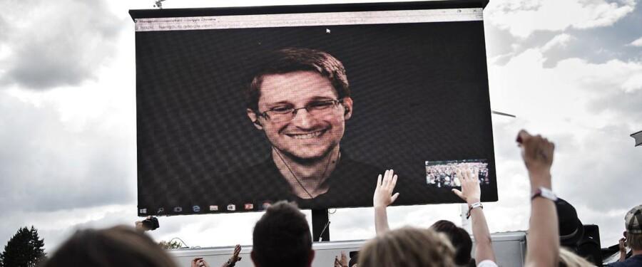 Edward Snowden (på billedet) bliver transmitteret på Roskilde Festival tirsdag den 28. juni 2016 og bliver interviewet af kunstnergruppen The Yes Men.