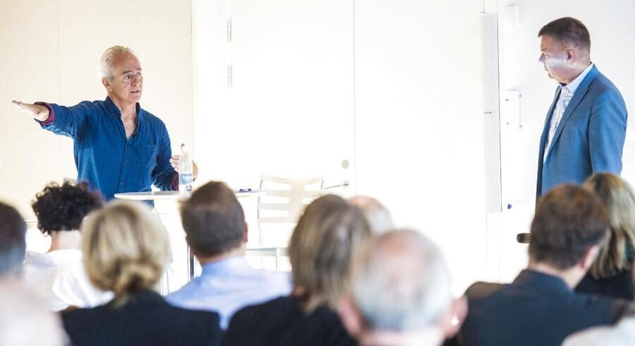 """Berlingske Fond's mediekonference om medieetik. En af gæsterne - gravejournalist og forfatteren Nick Davies, til venstre, om News of the World-skandalen og bogen om den: """"Hack Attack"""". Til højre Berlingske-chefredaktør Tom Jensen."""