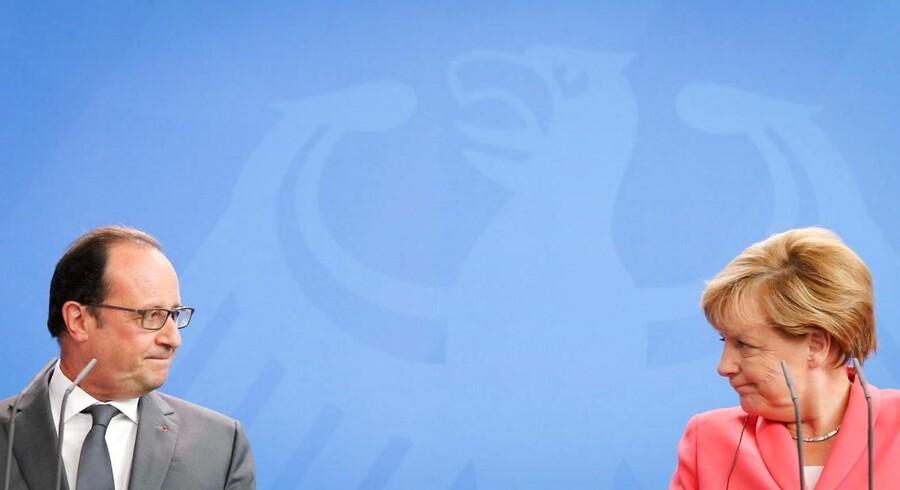 Angela Merkel og Francois Hollande ved pressemødet mandag aften, da de gav til kende, at de ønsker, at EU-landene søger fælles fodslag i flygtningepolitikken.