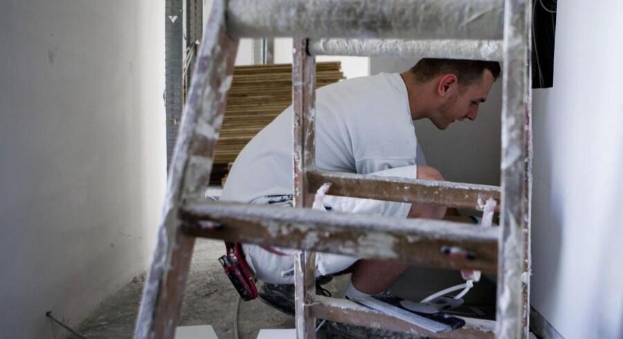Udenlandske håndværkere bruges i stigende grad. Her en polsk maler...