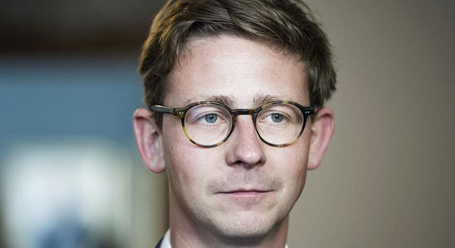Skatteminister Karsten Lauritzen meddeler nu, at Skat stopper al automatisk inddrivelse af gæld.