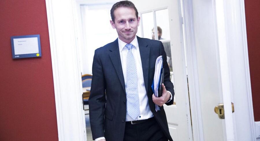 """""""Alle regeringer siden Schlüters tid har været nødt til at berøre topskatten af hensyn til Danmarks konkurrenceevne. Det kan en kommende regering meget vel også komme til. Jeg vil godt understrege, at det ikke er noget, som vi har konkrete planer om. Men jeg kan konstatere, at der traditionelt har været et pres for at gøre noget ved topskatten,"""" siger Kristian Jensen til business.dk."""