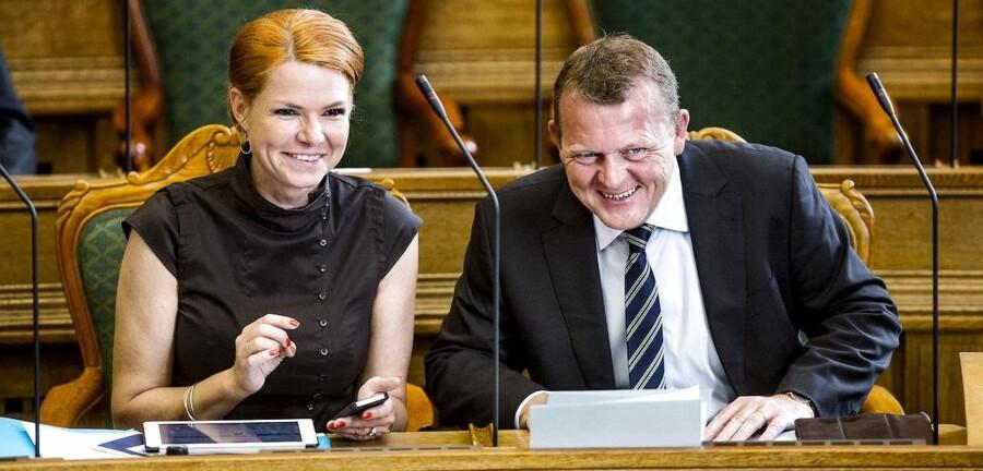 Sekunderet af politisk ordfører Inger Støjberg sendte de seneste ugers mest omtalte MFer, Venstre-formand Lars Løkke Rasmussen, i går ivrige signaler til venstre side af folketingssalen om at få humøret i vejret. Under afslutningsdebatten i går manede Løkke til selvransagelse i Folketinget, så alle – inklusive Venstre selv – tager sig selv i pr. automatik at kritisere alt fra deres politiske modstandere. Foto: Bax Lindhardt