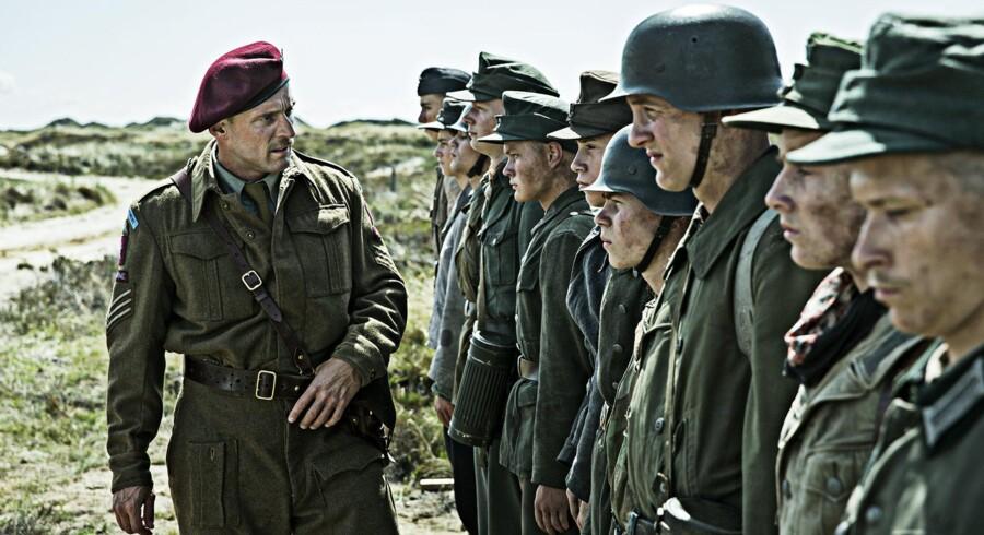 Roland Møller tromler gennem de første scener af det autentiske drama »Under sanset« om tyske drenge, der tvinges til at rydde miner ved Vesterhavet. Foto fra filmen