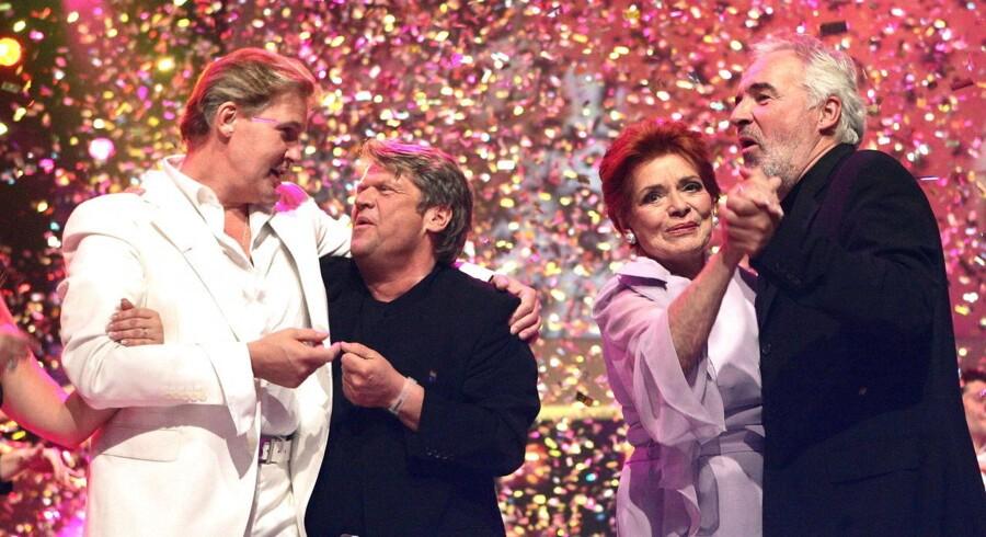 Arkivfoto. Brødrene Olsen sammen med den irske sanger Johnny Logan og Lys Assia.
