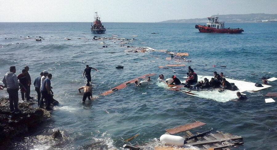 Flygtninge ankommer på et kæntret skib til Rhodos i Grækenland.