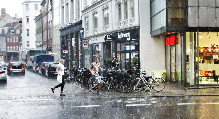 ARKIVFOTO: Hagl og regn over Kristen Bernikows Gade, torsdag den 26. juni 2014. (Foto: Kristian Djurhuus/Scanpix 2014)
