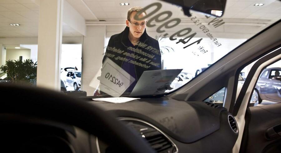 Indtjeningen på brugte biler været skuffende for bil-forhandler Andersen og Martini. Jacob Lund kigger på bil.