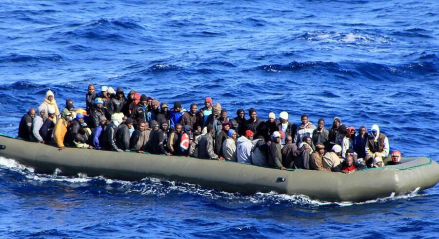 »I EU vil man ikke fremstå som brutale racister, der ikke vil hjælpe sorte afrikanere til en ny tilværelse i Europa. Men man ønsker jo heller ikke, at de skal være her. Så vi vælger en løsning på halvvejen. Og den ligger som bekendt på bunden af Middelhavet.« Arkivfoto: Scanpix
