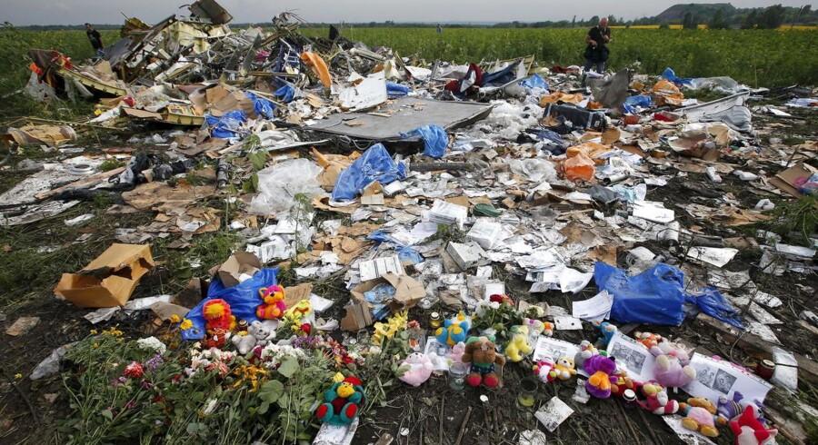 ARKIVFOTO. Blomster ved stedet, hvor MH17 styrtede ned.