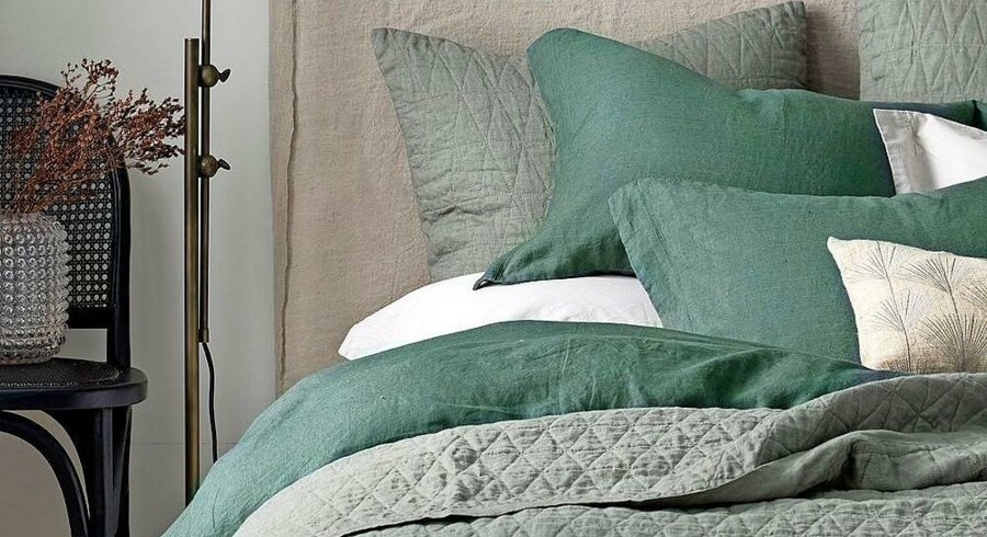 Afdæmpede farver, bløde tekstiler og orden er kodeordene til at tage stemningen fra feriens hotel med hjem i soveværelset. Her er det en opredning fra Ellos. Foto: Ellos