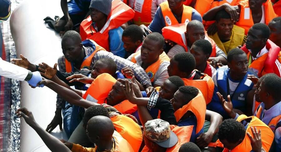 Afrikanske bådflygtninge samles op af den italienske kystvagt ud for Lampedusa. Nu er EU-Kommissionen klar med en ny strategi for håndteringen af de mange flygtninge til Europa.