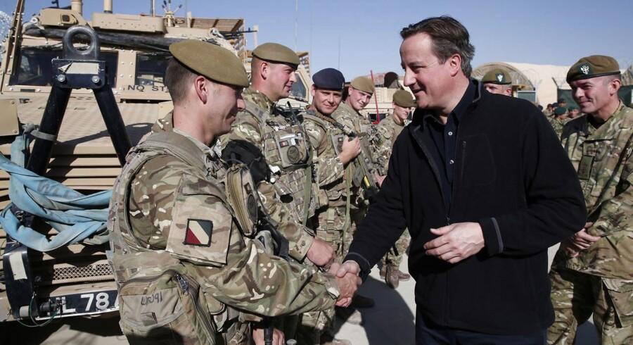 Den britiske leder David Cameron kan få problemer på hjemmefronten med det franske forslag om en forsvarsfond. Her hilser han på britiske soldater i Helmand, Afghanistan. Foto: Lefteris Pitarakis/Reuters