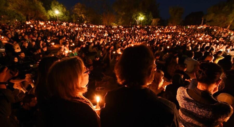 Studerende samledes lørdag aften for at mindes de dræbte ved University of California Santa Barbara.