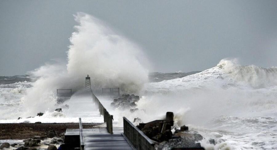 Stormen, der har fået navnet Bodil, startede torsdag middag på Vestkysten. Her rammes molen i Vorupør, men også for Maersk Oils gasproduktion i Nordsøen har det nu konsekvenser.